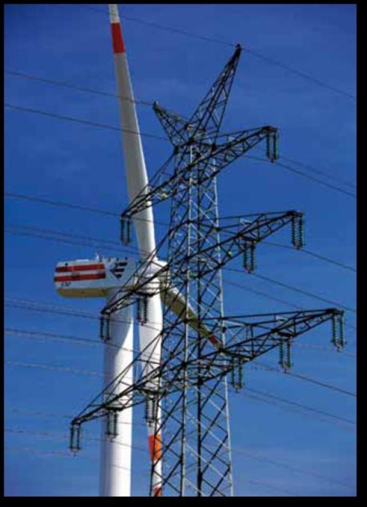 Windkraftanlage und Hochspannungsmast