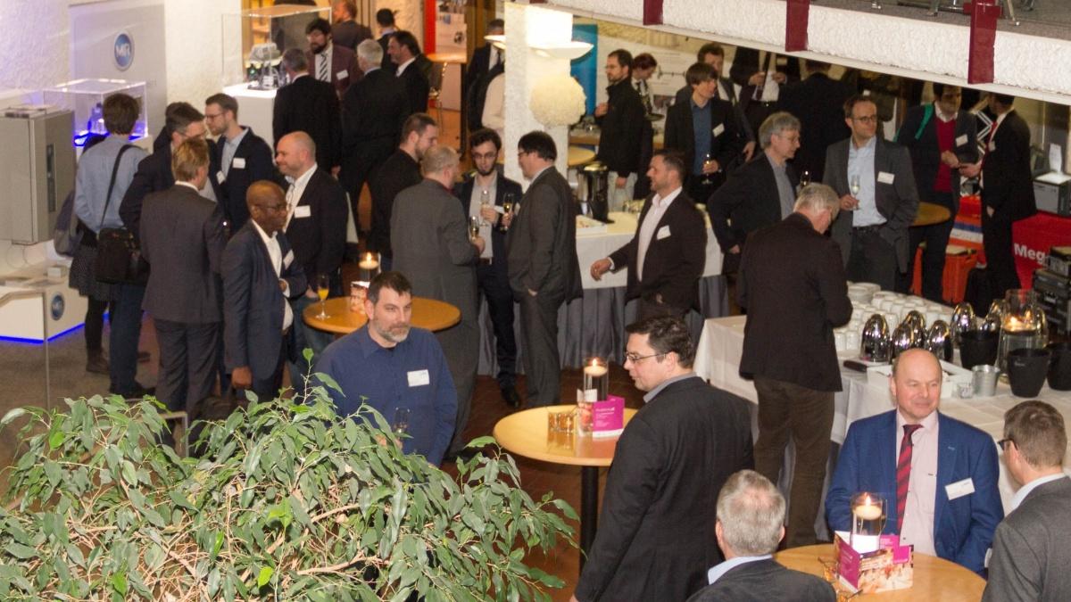Teilnehmerinnen und Teilnehmer bei Gesprächen in der Pause  (c)