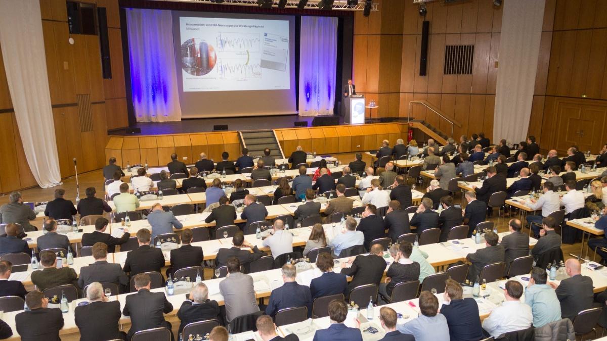 Das Publikum bei der Einführungspräsentation im großen Saal der Filderhalle  (c)